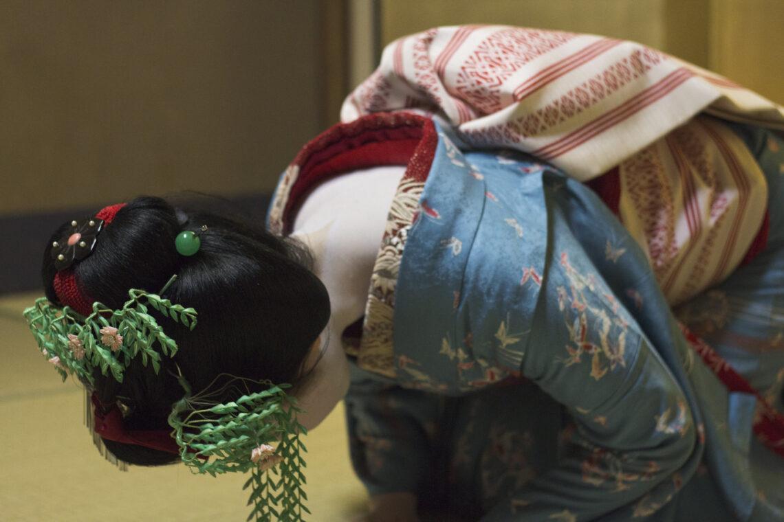 geisha bowing